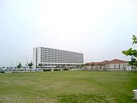 南部のサザンビーチホテル&リゾート オキナワ - 美々ビーチの公園越しに見る