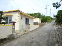 大神島のおぷゆう民宿 - 集落と港を繋ぐ坂の下にあります