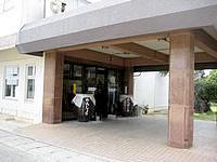 沖永良部島の観光ホテルえらぶシーワールド - 入口には大きな瓶が置いてあります