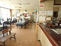 沖永良部島のビジネスホテルうぐら浜 - 食堂とフロント