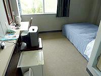 沖永良部島の観光ホテル東 - 部屋は倉庫のような内装