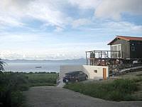瀬底島のチュランドスケープ - 本部半島とその間の海が一望