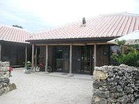 竹富島のゲストハウスたけとみ - 赤瓦の建物ですがとてもキレイです