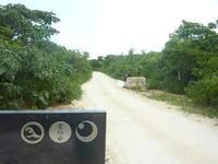 竹富島の星のや竹富島 - アイヤル浜へ続く道からのホテル敷地入口