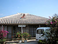 竹富島の民宿仲盛荘 - 赤瓦と屋根の上のシーサーが愛らしい