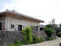 竹富島の民宿新田荘 - 脇道から入口方面を見る