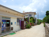 竹富島の民宿大浜荘 - 道路にかかっていた売店の屋根は撤去