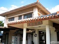 竹富島の高那旅館 - 赤瓦とこの気の看板が目印 - 赤瓦とこの気の看板が目印