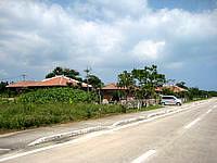 竹富島のヴィラたけとみ - 周回道路側から見るとこんな感じ