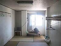 多良間島のちとせ旅館 - かつての部屋はコンクリートの壁で暑い