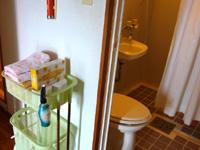 多良間島のペンションあだん - シャワーとトイレは同室。タオルは利用可能