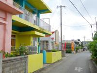 多良間島のCOCOハウス - 隣が郵便局と商店