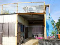 多良間島の大徳商事ゲストハウス - 1階は屋根付きテラス、2階はオープンテラス?