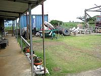 多良間島のゲストハウス南ぬ屋 - 庭には工事重機が置いてある