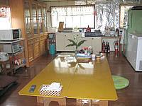 多良間島のゲストハウス南ぬ屋 - 共用スペースはいかにもゲストハウス