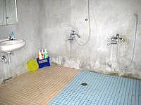 多良間島のゲストハウス南ぬ屋 - シャワー室は広い