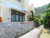 渡嘉敷島のジョイフルちんぐし(マリンクラブカナロア) - オレンジ色の手すりが目立っています
