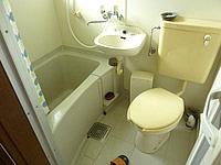 渡嘉敷島の海宿 がき家/ペンション我喜屋(マリンハウス我喜屋商店) - 客室用の共用バス・トイレはちょっと狭め