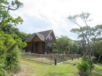 渡嘉敷島のトカシキゲストハウス - 森の中に佇むログハウス