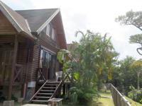 渡嘉敷島のトカシキゲストハウス - 1階にはテラス、2階はロフトらしい