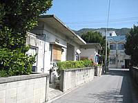 渡嘉敷島の民宿しおさい - 建物は脇道に沿ってあります