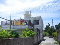 渡嘉敷島の民宿ゆうなぎ荘 - 入口はメインの道路から一歩入った側