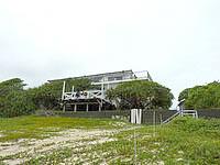徳之島の金見荘 - 金見の浜から宿を見上げる