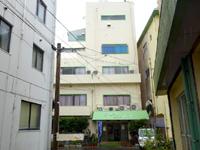 徳之島のホテルニューにしだ - 入口は中心街とは逆の裏手にあるみたい