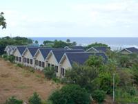 徳之島のホテルサンセットリゾート徳之島 - コテージ群が並んでいます
