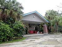 徳之島のホテルサンセットリゾート徳之島 - 観戦道路側の入口