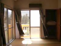 渡名喜島の民宿となき - 部屋は和室。窓がかなりがたが来ています