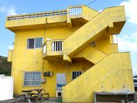 渡名喜島の民宿となき - 客室は2階なので階段をそのまま上ります