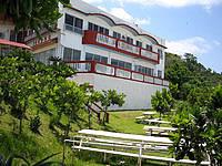 津堅島の神谷荘 - きれいな建物とビーチ際のテラス