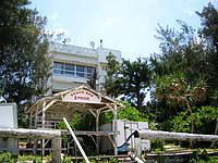 津堅島の民宿つけん - トマイ浜から見た建物