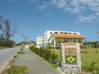 屋我地島のペンション いぺー - 幹線道路沿いにある綺麗な建物