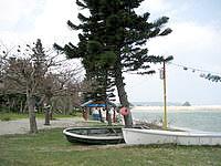 屋我地島の民宿屋我地荘 - 宿の前には海があり、その間に広場があります
