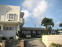 与那国島の民宿はいどなん - 奥が旧館、手前の左が新館