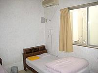 与那国島の民宿はいどなん - 旧館の部屋。窓先には壁。