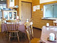 与那国島のこみね旅館 - 食堂は4人掛けが4テーブルしかない