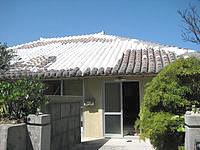 与那国島の中たけ荘(2010年9月で閉館) - 台風の修復の跡が痛々しい赤瓦の屋根 - 台風の修復の跡が痛々しい赤瓦の屋根