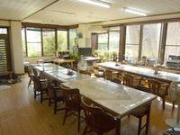 与那国島の民宿さきはら - 食堂ではWiFiがいくつもあります
