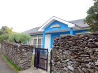 与路島の民宿マンディ・カシャヴェラ - 集落の南側にある石垣と水色の建物が目印