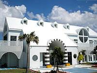 与論島のプリシアリゾート ヨロン - 敷地にはいると最初にこのセンターハウスが