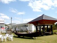与論島の民宿楽園荘(ペンションパラダイス楽園荘) - 離れの庭。なぜに船が?