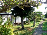 与論島のビーチランドロッジ - 庭もあっていい雰囲気