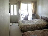 与論島のホテルヨロン島ビレッジ ペンションタイプ - 洋室はやや狭めに感じる