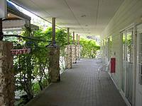 与論島のホテルヨロン島ビレッジ ペンションタイプ - 廊下はなかなかの雰囲気