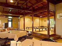 与論島のホテルヨロン島ビレッジ ホテルタイプ - 食堂は結構広い