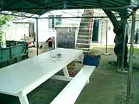 座間味島の民宿宮乃里 - 庭のテーブルでビールを飲むのが日課!?